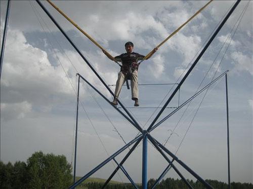 弹跳飞人是孩子们的最爱.jpg